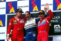 Podium: race winner Nigel Mansell, Williams, second place Gerhard Berger, Ferrari, third place Martin Brundle, McLaren