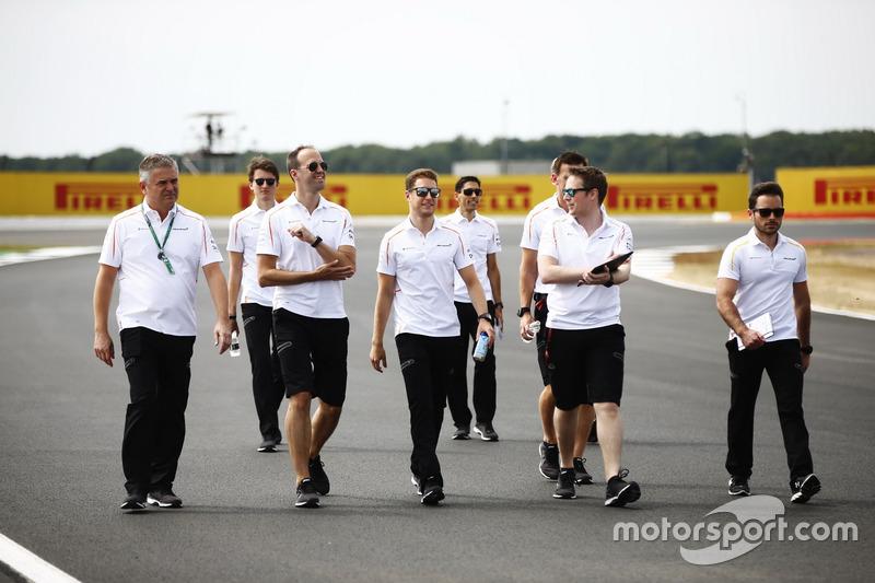 Gil de Ferran, Stoffel Vandoorne, McLaren, e altri membri del team McLaren, camminano lungo il circuito