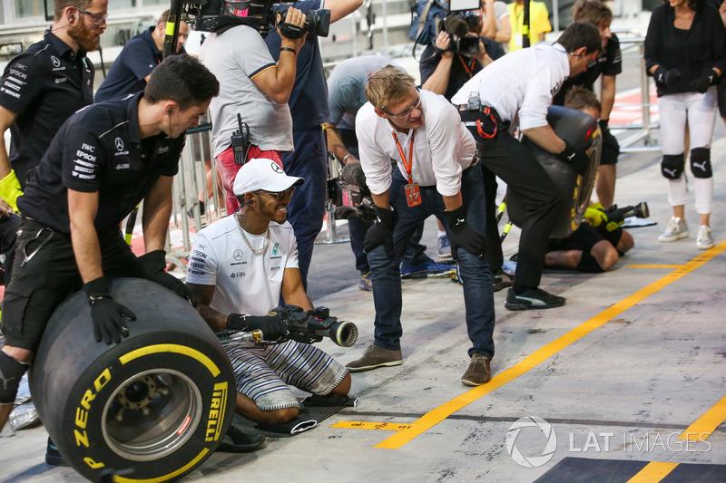 Lewis Hamilton, Mercedes AMG F1, s'invite à une simulation d'arrêt au stand