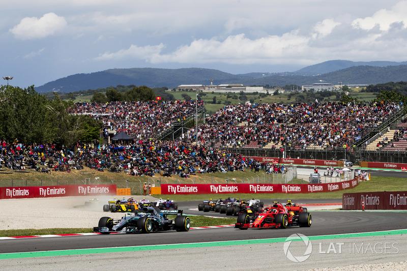 Старт гонки: Валттери Боттас, Mercedes AMG F1 W09, и Кими Райкконен, Ferrari SF71H