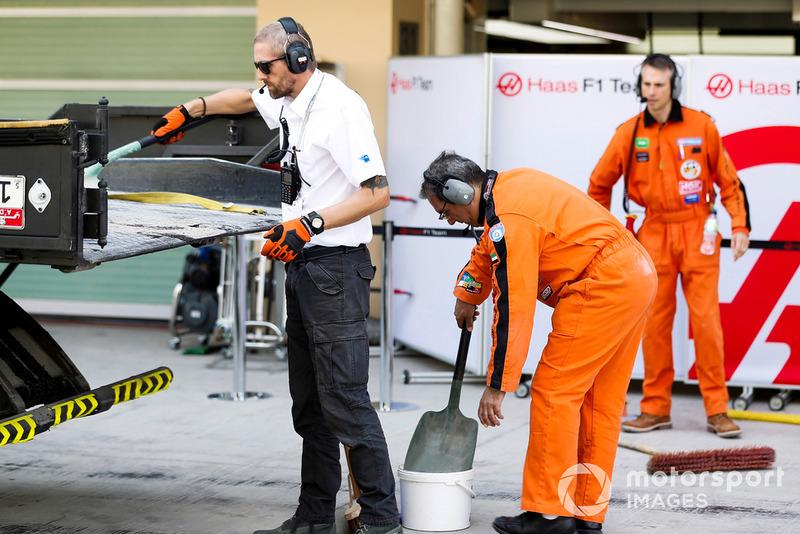 Des commissaires et des mécaniciens Haas F1 ramènent la voiture de Pietro Fittipaldi Haas F1 Team VF-18 sur un camion