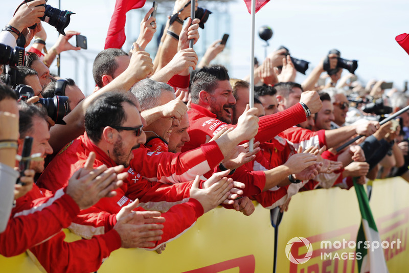 El equipo Ferrari aplaude cuando Kimi Raikkonen, Ferrari SF71H, 1ª posición, llega a Parc Ferme