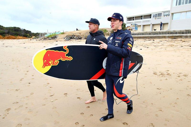 Pierre Gasly, Red Bull Racing surfeando con la leyenda del surf Mick Fanning