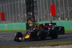 Max Verstappen, Red Bull Racing RB13; Esteban Ocon, Force India VJM10
