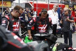 Росс Браун и руководитель Haas F1 Team Гюнтер Штайнер