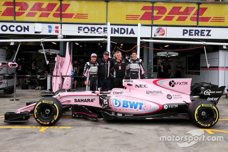 Sergio Pérez, Sahara Force India F1, Otmar Szafnauer, Sahara Force India F1 jefe de operaciones, y Esteban Ocon, Sahara Force India F1 Team con el Sahara Force India F1 VJM10