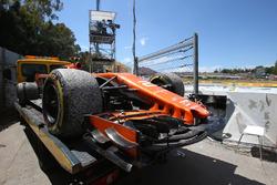 La voiture de Stoffel Vandoorne, McLaren MCL32 est ramenée