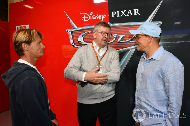 Ross Brawn, Formula One Director de Motorsports, Woody Harrelson, Actor en el garaje de cars 3