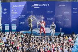 Подиум: победитель – Лукас ди Грасси, Audi Sport Team Abt, второе место – Жан-Эрик Вернь, Techeeta, третье место – Сэм Берд, Virgin Racing