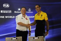 Zak Brown, McLaren CEO, Cyril Abiteboul, Renault Sport F1 Managing Direktörü, basın toplantısında
