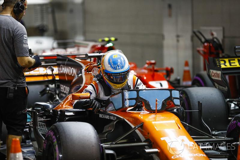 Fernando Alonso, McLaren, sale de su coche en Parc Ferme