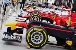 le monoposto di Formula 1 a Trafalgar Square per l'evento London F1. L-R: A Mercedes, Red Bull Racing, Ferrari, Force India, Williams, McLaren, Scuderia Toro Rosso and Haas F1 Team