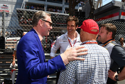 Niki Lauda, Mercedes AMG F1 Presidente no ejecutivo, Toto Wolff, Mercedes AMG F1 Director de Motorsport y Sean Bratches, Formula One Gerente, operaciones comerciales