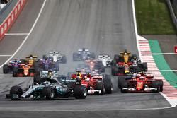 Старт гонки: Валттери Боттас, Mercedes AMG F1 W08, Себастьян Феттель, Ferrari SF70H, Даниэль Риккардо, Red Bull Racing RB13, Кими Райкконен, Ferrari SF70H, Ромен Грожан, Haas F1 Team VF-17, Льюис Хэмилтон, Mercedes AMG F1 W08