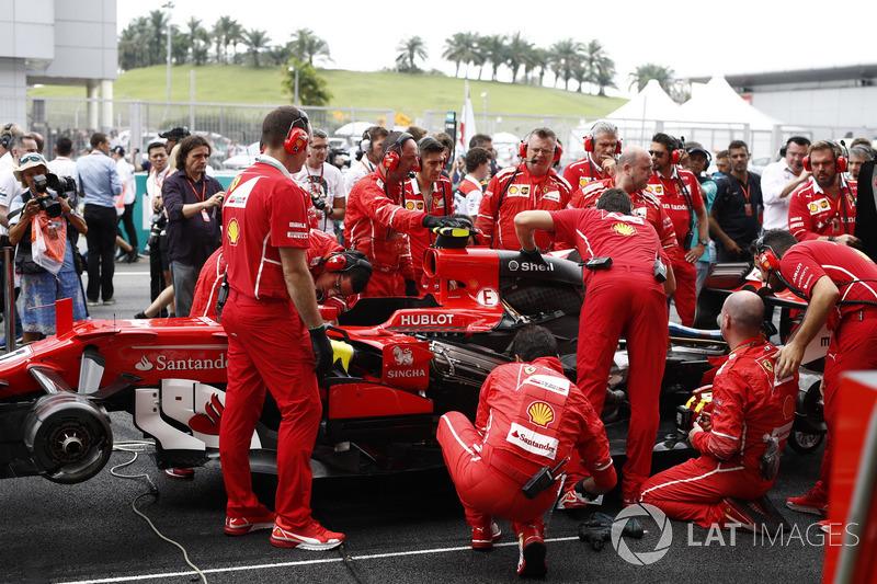 Mas quem não queria ver o GP, mas participar dele, foi Kimi Raikkonen, que teve problemas antes mesmo da prova começar.