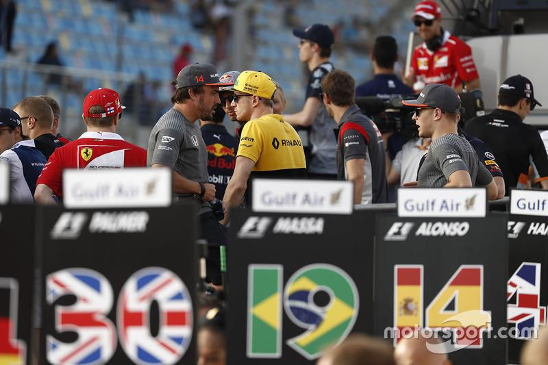 Los pilotos en el paseo previo a la carrera