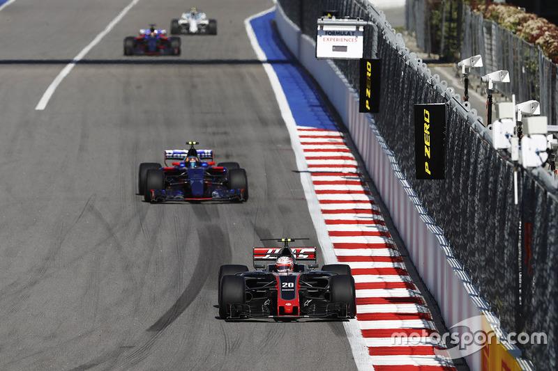 Kevin Magnussen, Haas F1 Team VF-17, Carlos Sainz Jr., Scuderia Toro Rosso STR12, Daniil Kvyat, Scuderia Toro Rosso STR12