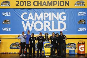 Campeón Brett Moffitt, Hattori Racing Enterprises, Toyota Tundra AISIN Group and Toyota TRD personnel