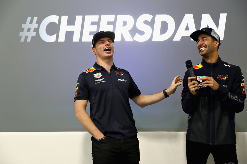 Max Verstappen, Red Bull Racing et Daniel Ricciardo, Red Bull Racing parlent à l'équipe Red Bull Racing