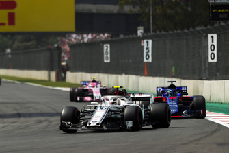 Charles Leclerc, Sauber C37, leads Brendon Hartley, Toro Rosso STR13, ed Esteban Ocon, Racing Point Force India VJM11