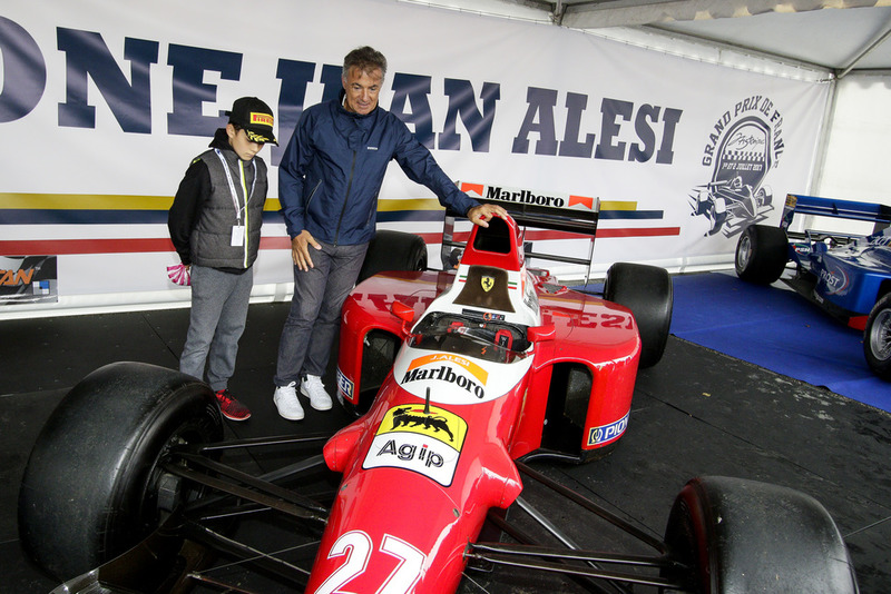 Jean Alesi aux côtés d'une Ferrari