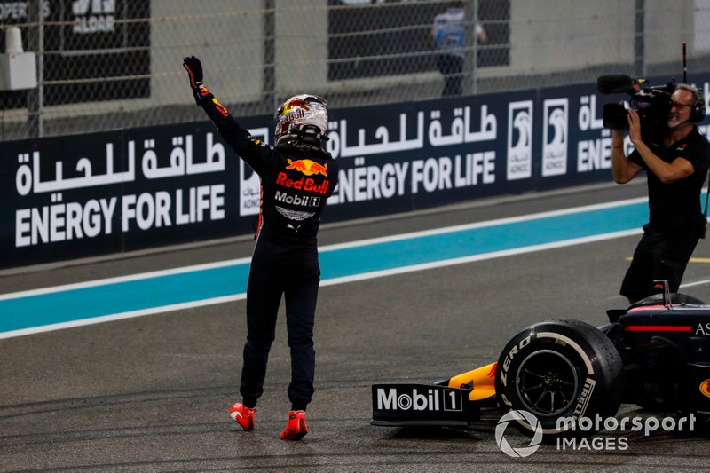 Max Verstappen, Red Bull Racing, secondo classificato, saluta i fan dopo il GP di Abu Dhabi 2019
