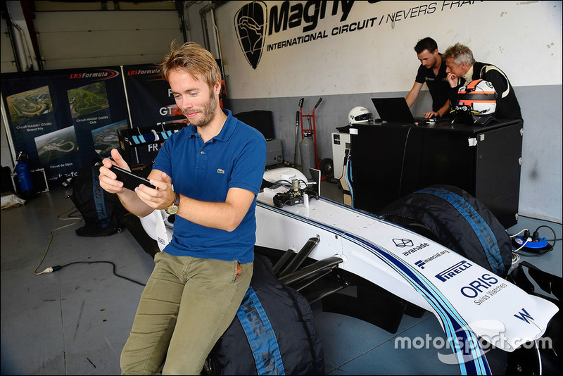 Mobile gamer tests a Williams Formula 1 car