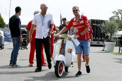 Sebastian Vettel, Ferrari y su Vespa Scooter, Ferrari
