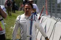После аварии: гонщик Williams Фелипе Масса возвращается в боксы