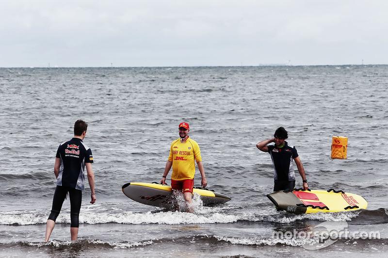Daniil Kvyat, Scuderia Toro Rosso y Carlos Sainz Jr., Scuderia Toro Rosso en la playa St Kilda con e
