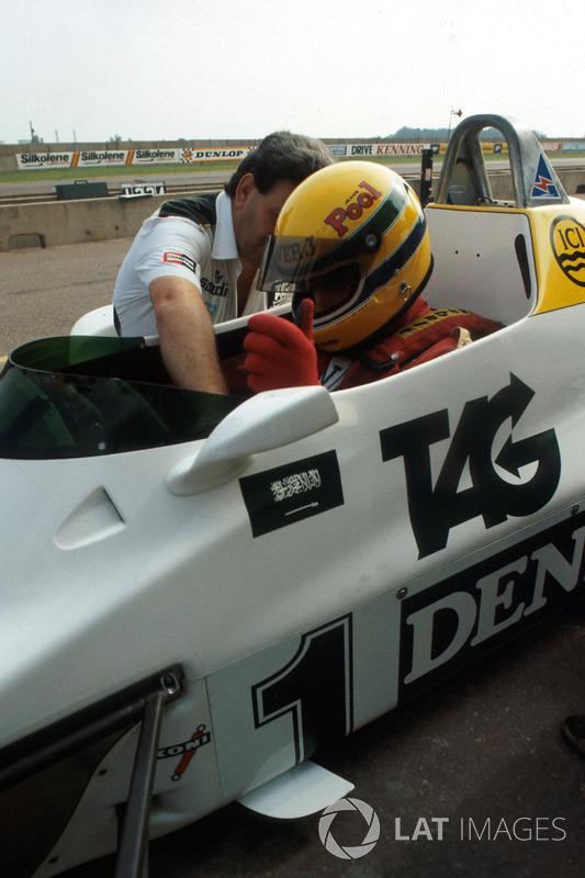 Ayrton Senna es ayudado a acomodarse por el director del equipo de Williams Allan Challis antes de su primera carrera en el Williams FW08C