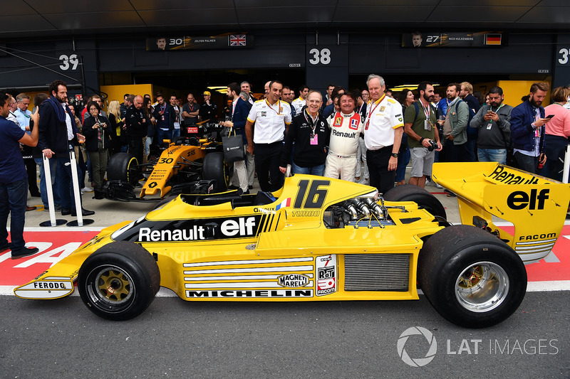 Керівник Renault Sport F1 Сіріль Абітбуль, Алекс Меа, директор Renault Sport F1 Жером Столль, Рене Арну, Renault RS01
