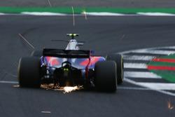 Carlos Sainz Jr., Scuderia Toro Rosso STR12, desprende chispas