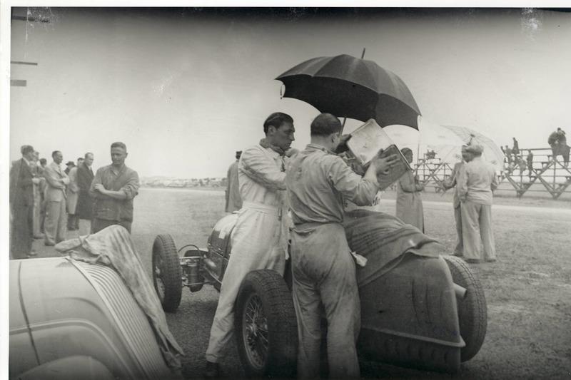 Durante una pausa delle prove del Gran Premio del Sud Africa 1937 a East London, l'Alfa Romeo 8C 380