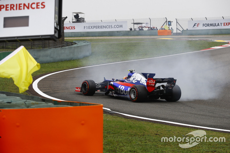 Carlos Sainz Jr., Scuderia Toro Rosso STR12, spins in the opening stages of the race