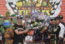 Cole Pearn y Martin Truex Jr., Furniture Row Racing Toyota celebran