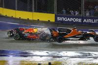 Choque de Max Verstappen, Red Bull Racing RB13, Fernando Alonso, McLaren MCL32 Honda