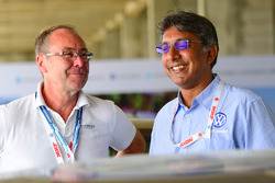Bernhard Gobmeier, director de Volkswagen Group Motorsport, Sirish Vissa, jefe de Volkswagen Motorsport India
