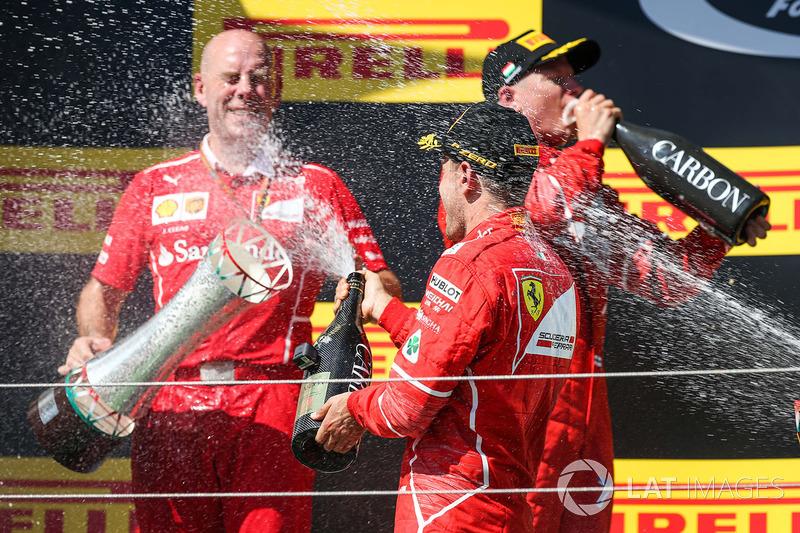 Podio: ganador de la carrera Sebastian Vettel, Ferrari, segundo lugar Kimi Raikkonen, Ferrari, y  Jock Clear, Ferrari Ingeniero en jefe