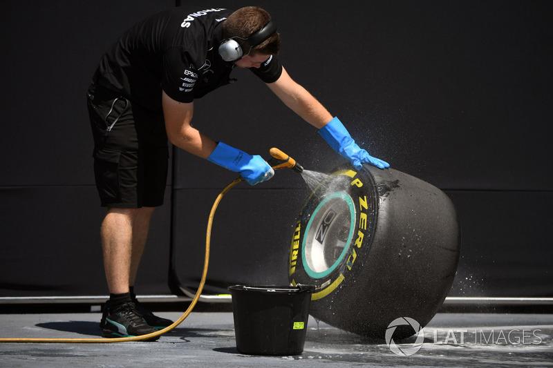 Mercedes AMG F1 mecánico limpia neumáticos Pirelli