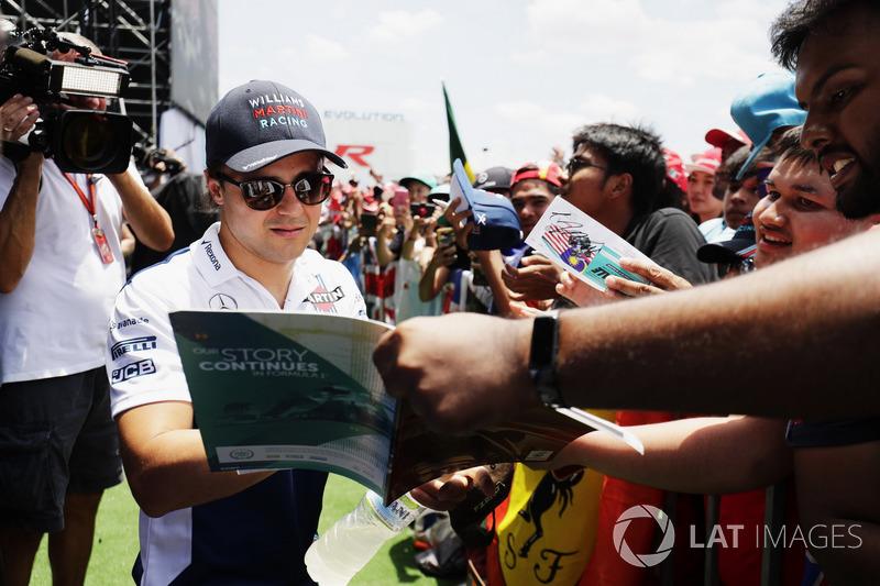 Феліпе Маcса, Williams, підписує автографи уболівальникам