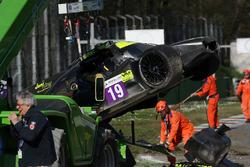 El coche #19 M.Racing - YMR, Norma M 30 - Nissan: Gwenael Delomier después del fuerte choque