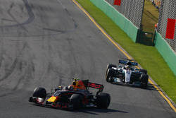 Max Verstappen, Red Bull Racing, RB13; Lewis Hamilton, Mercedes AMG F1, W08