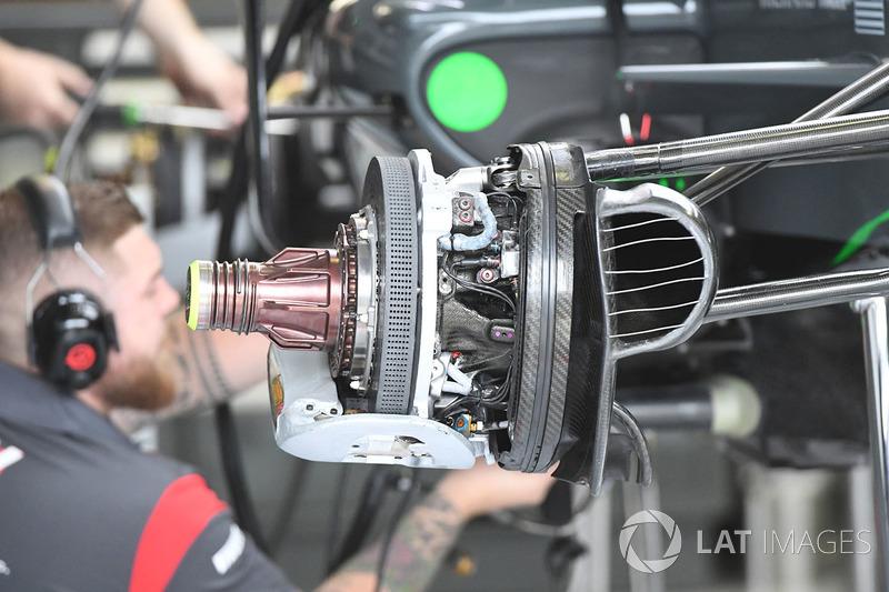 Un frein avant et un moyeu de roue de la Haas VF-17