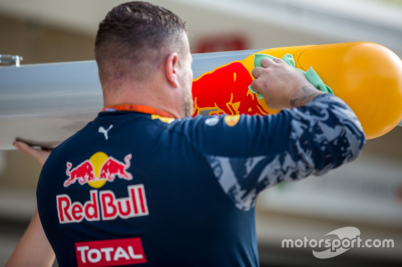 Red Bull Racing RB12 mechanic