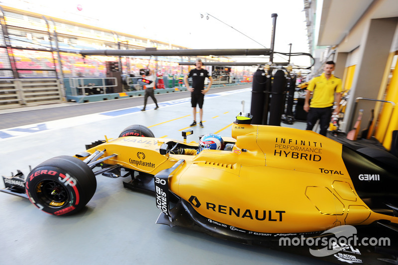 Jolyon Palmer, Renault Sport F1 Team RS16 leaves the pits