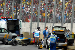 Los restos del Renault Renault F1 Team R23 de Fernando Alonso después de accidente