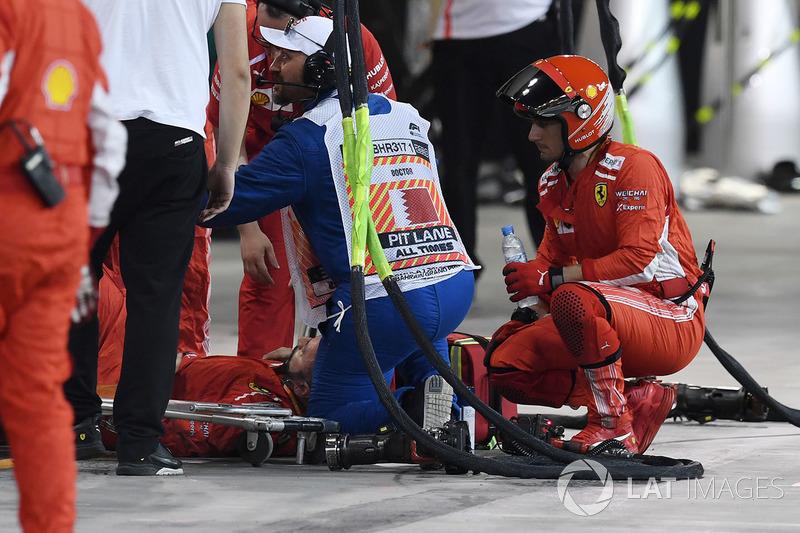 Francesco Cigarini, mekanik Ferrari, mendapat penanganan medis di pit lane