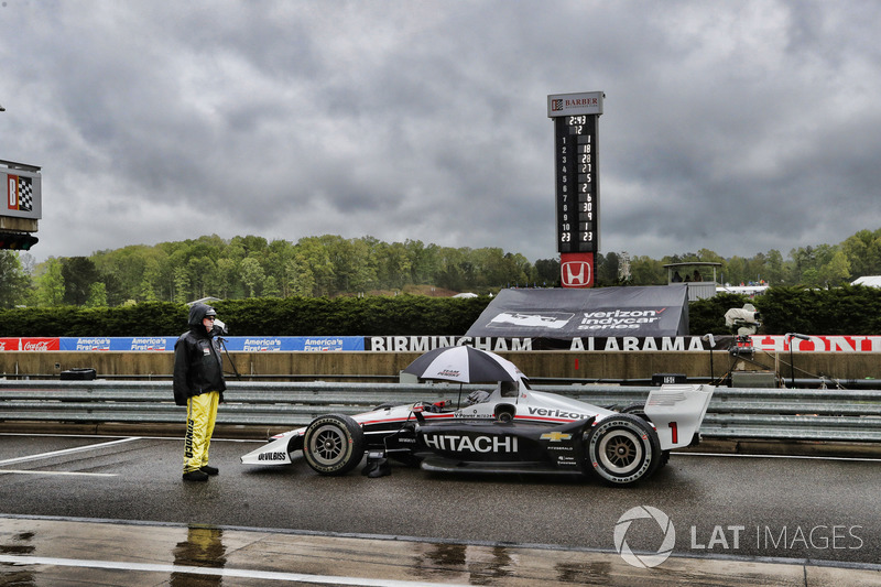 Josef Newgarden, Team Penske Chevrolet  dans les stands sous drapeau rouge