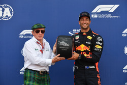 Ganador de la pole Daniel Ricciardo, Red Bull Racing recibe el premio Pirelli Pole Position de Jackie Stewart